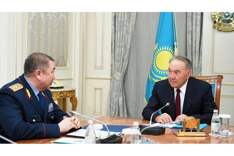 首任总统接见内务部部长图尔玛汗别托夫