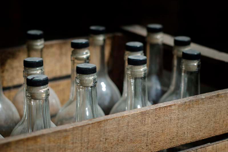 Шымкентте астыртын цехтан 25 мың шөлмек алкоголь мен 15 тонна спирт табылды
