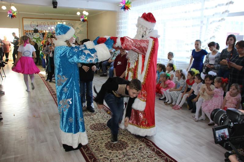 Дед Мороз и Снегурочка на пожарной машине поздравили детей в Темиртау