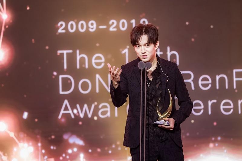 """迪玛希在中国获得""""年度最受欢迎海外艺人""""奖"""