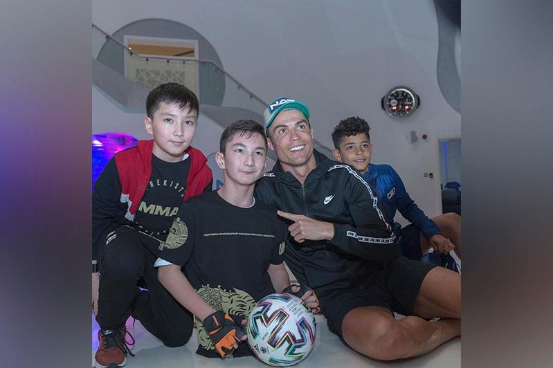 Казахстанский мальчик Али встретился с Криштиану Роналду