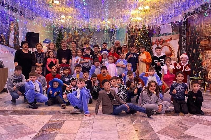 «Казахфильм» поздравил воспитанников детского дома с  Новым годом