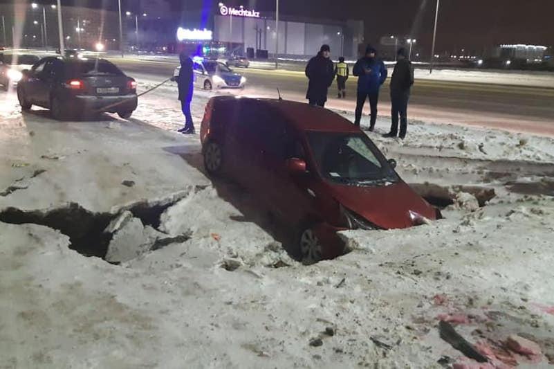 Автомобиль провалился под асфальт в Нур-Султане