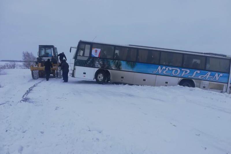 Автобус с актюбинскими хоккеистами съехал в кювет в СКО