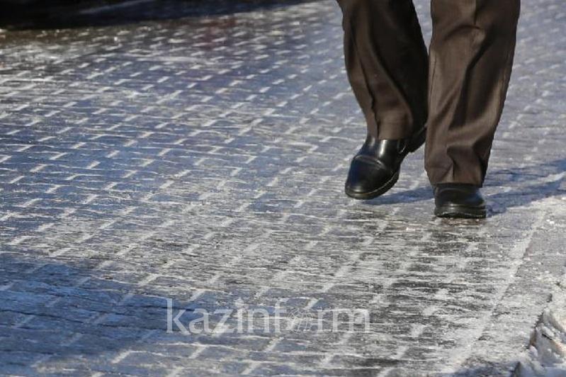 Almaty kóshelerinde kóktaıǵaqqa baılanysty 3786 tonna qum sebildi