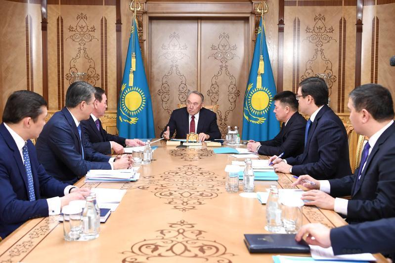 纳扎尔巴耶夫主持召开首任总统办公室会议