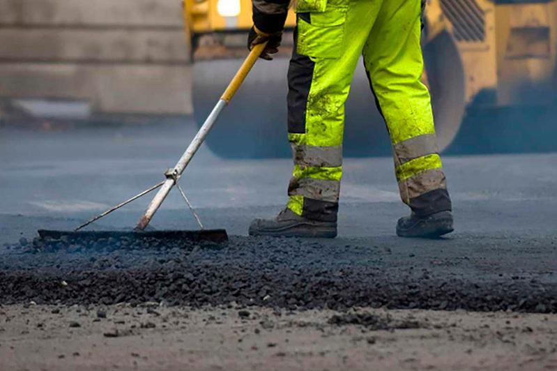 Мажилисмен проинспектировал ремонт дороги, на который жаловались жители СКО