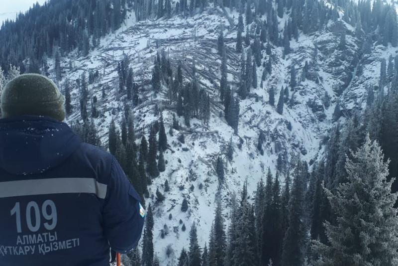 Спасатели прекратили поиски пострадавшего в горах Алматы мужчины