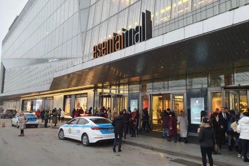 Алматыдағы Esentai Mall сауда орталығындағы адамдарды шұғыл түрде эвакуациялап жатыр
