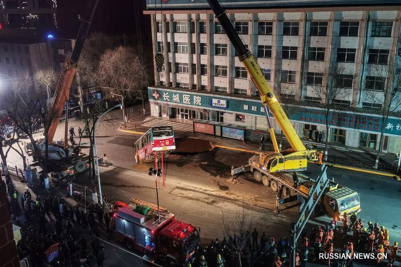 Автобус провалился под землю в Китае, 10 человек пропали без вести