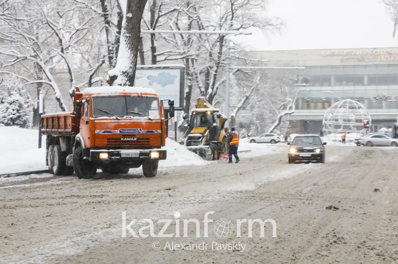Almaty kóshelerin qardan tazartýǵa 1,5 myń jumysshy tartyldy