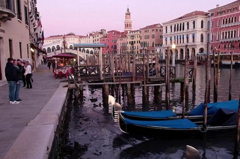 Знаменитые каналы Венеции обмелели