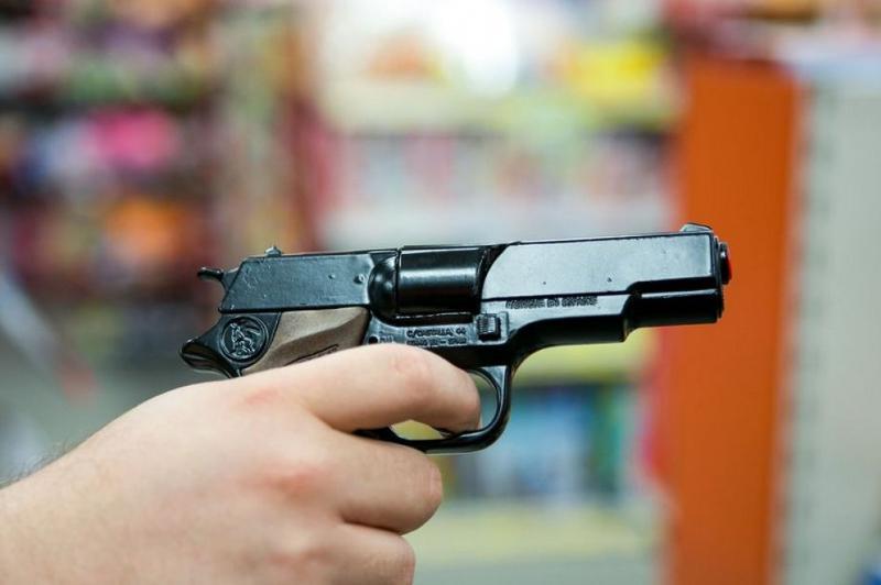 Сигрушечным пистолетом пытался ограбить магазинжитель Усть-Каменогорска