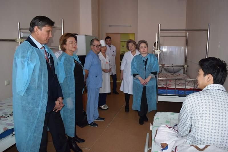 Сенаторы навестили пострадавших при крушении самолета под Алматы
