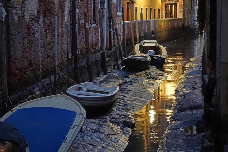 """""""水城""""威尼斯出现罕见低水位 内陆多处河道干涸"""
