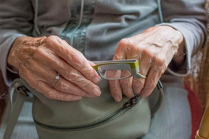 Сиделка избила и обокрала пожилую женщину-инвалида в Алматы