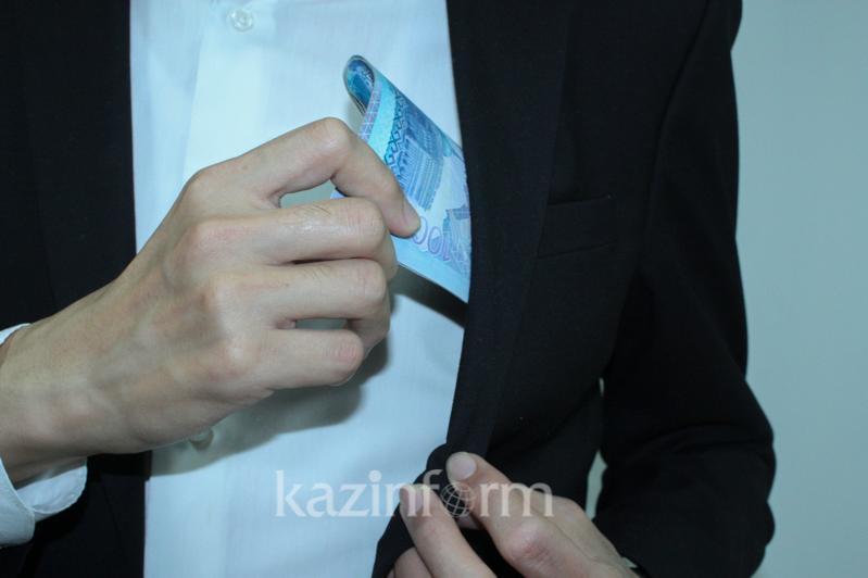 Двух сотрудников управления госдоходов в Алматы подозревают в коррупции