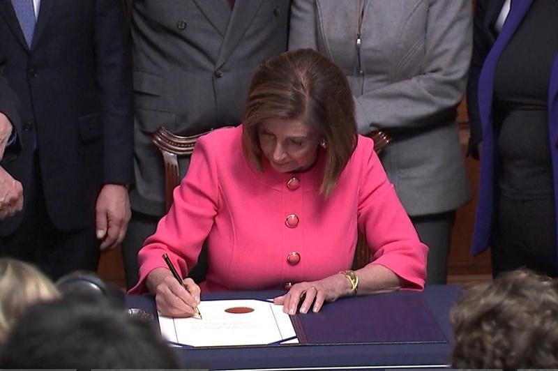 美国众议院表决通过 将弹劾特朗普条款提交参议院