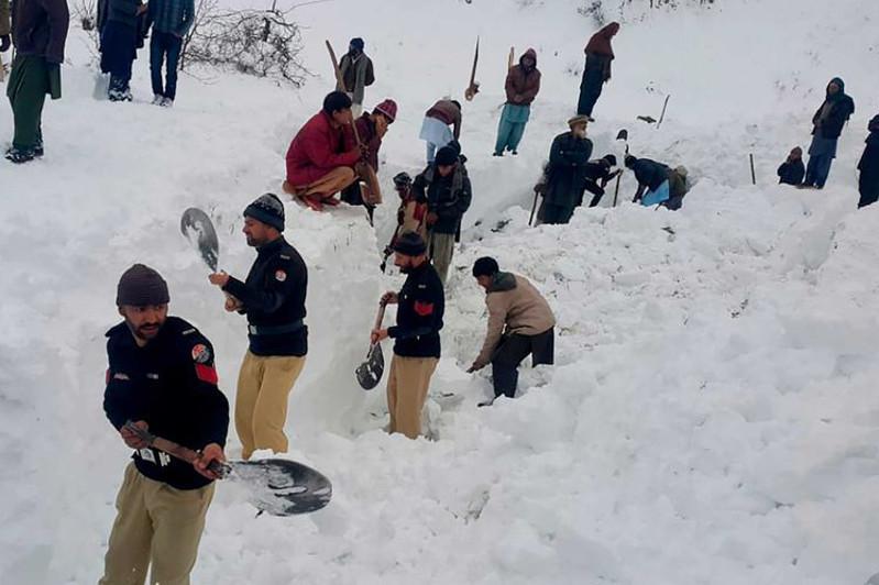 Число жертв лавин и снегопадов в Пакистане достигло 100