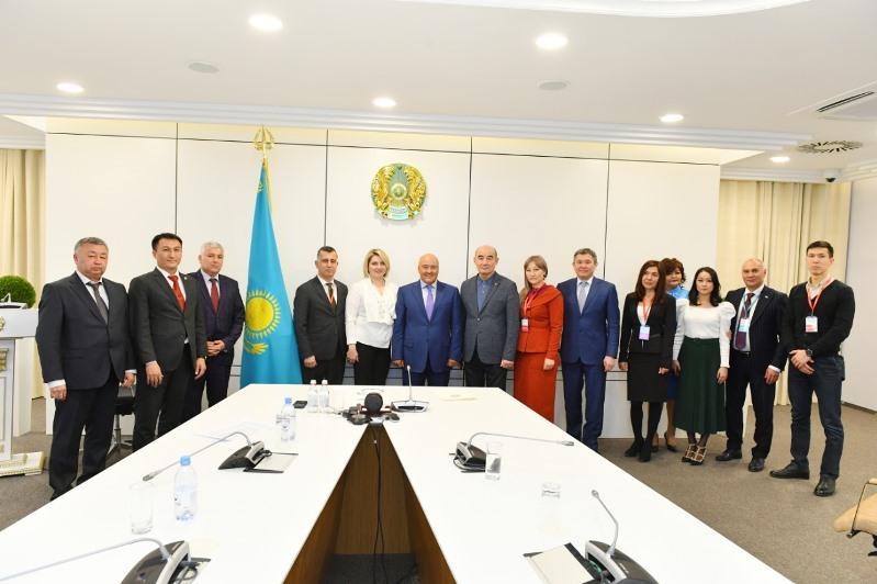 Умирзак Шукеев встретился с известными правозащитниками и общественниками