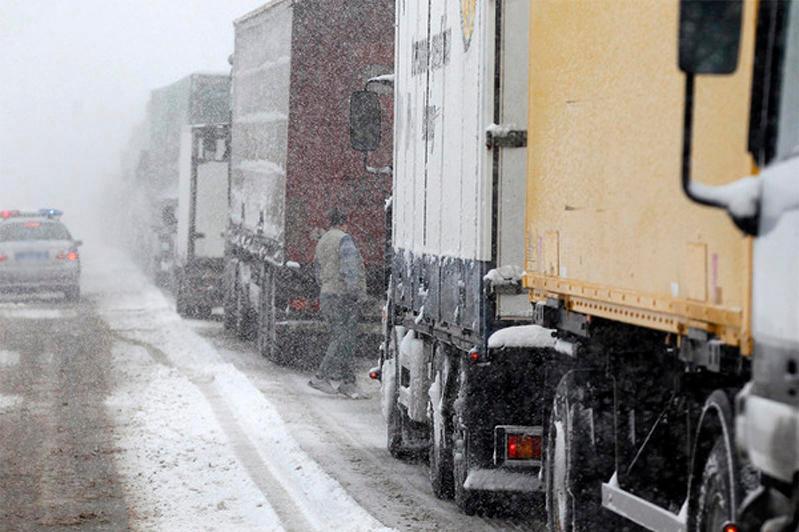 Грузовик перекрыл въезд на трассу Нур-Султан-Щучинск