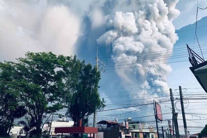 14 городов на Филиппинах закрыты из-за извержения вулкана