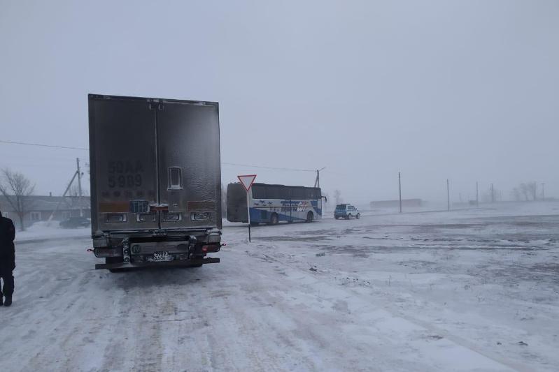 Автобус с 46 узбекистанцами попал в затор в Актюбинской области