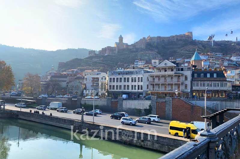 Безопасный город, гостеприимные полицейские и вкусная еда: чем Тбилиси привлекает туристов