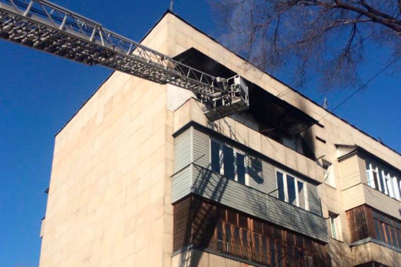 Пожилую женщину спасли из дымящейся квартиры в Алматы