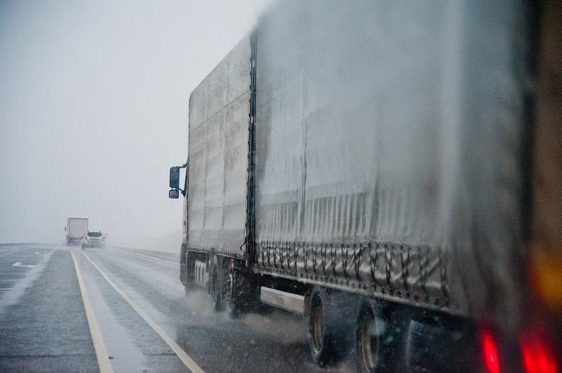 Колонну из ста машин сопроводили полицейские в снежную бурю
