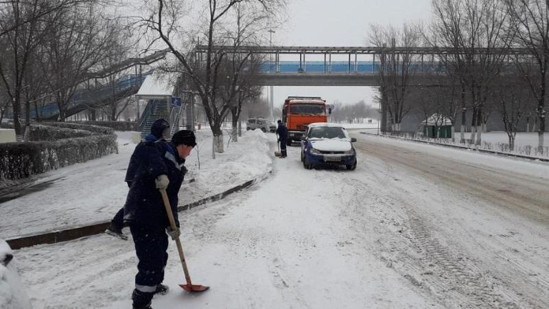 Атырау накрыло снегом: на улицы города впервые вышла снегоуборочная техника