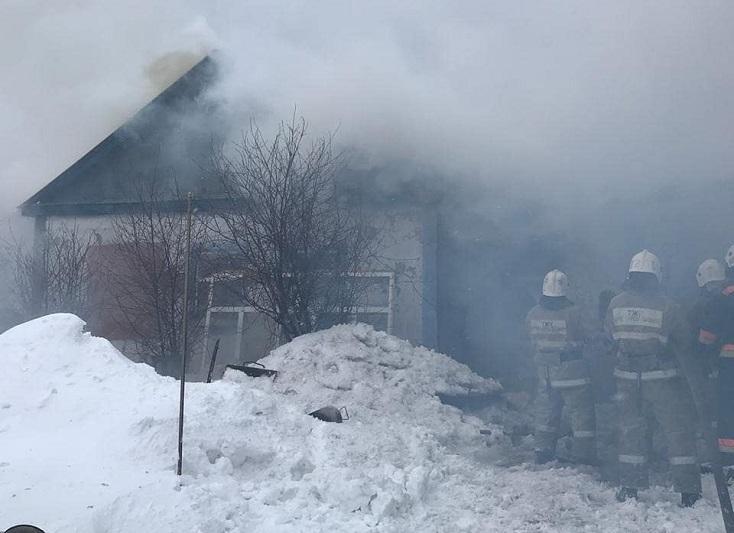 Два горящих газовых баллона вынесли пожарные из задымленного дома в Темиртау