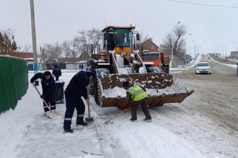 С улиц Атырау вывезли 300 тонн снега, расчистка продолжается