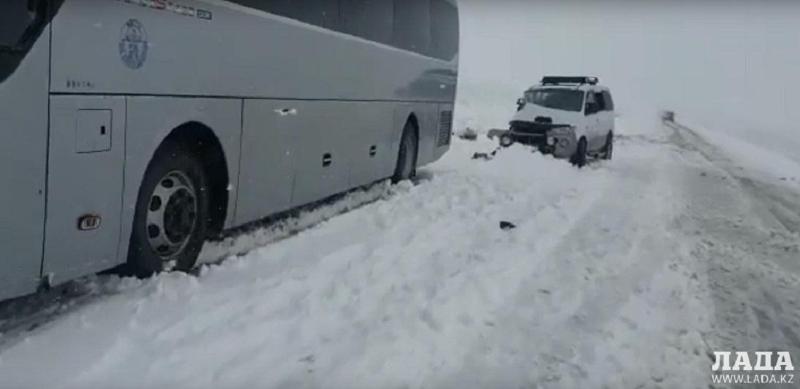 Автобус столкнулся с автомобилем на трассе в Мангистауской области: двое человек скончались