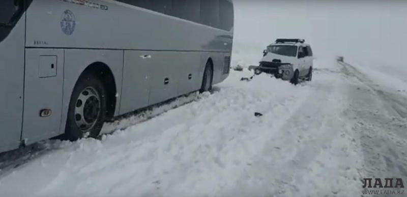 Маңғыстауда автобус пен көлік соқтығысып, екі адам мерт болды