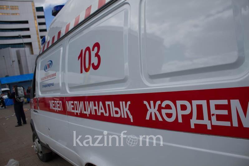 Как сотрудники скорой помощи по сугробам добирались до пациентов в Семее