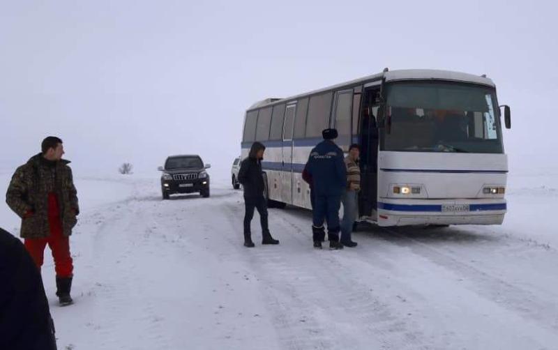 Ақтўбеда ўзбекистонликлар минган автобус қутқарилди
