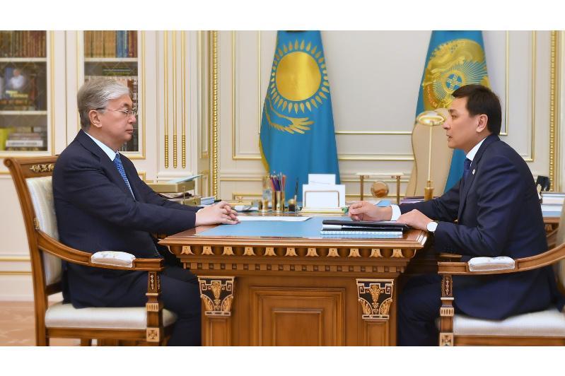 托卡耶夫总统接见首都市长阔勒格诺夫