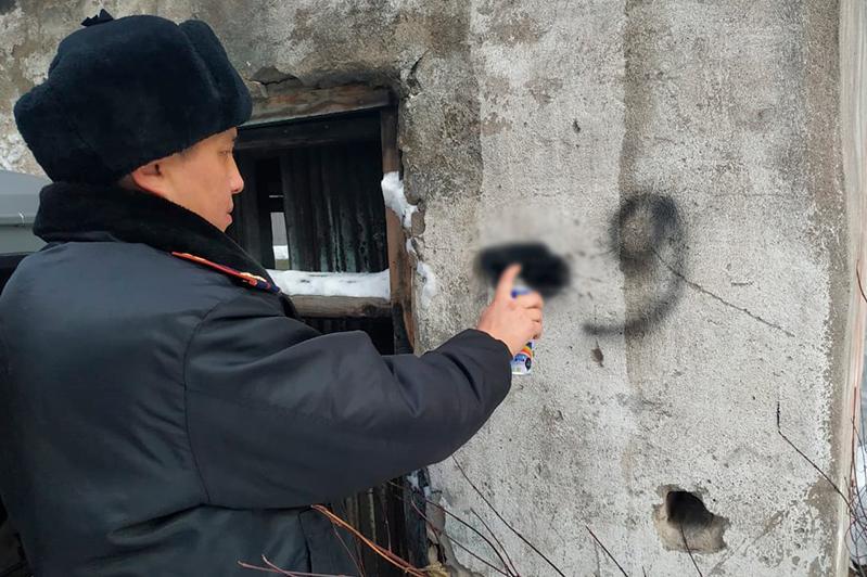 Рекламу наркотиков закрашивают полицейские в Алматы