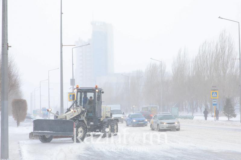 1 700 дорожных рабочих и 1 127 единиц спецтехники очищают от снега столицу