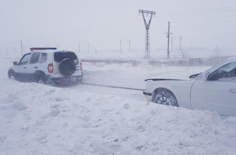 47 человек спасли сотрудники ДЧС с заснеженных трасс в Карагандинской области