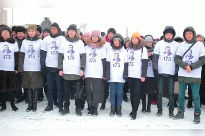 Песню Абая одновременно исполнили тысячи жителей Усть-Каменогорска