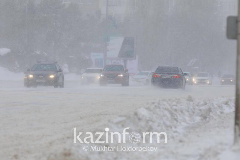 Метель в столице Казахстана не утихнет еще сутки