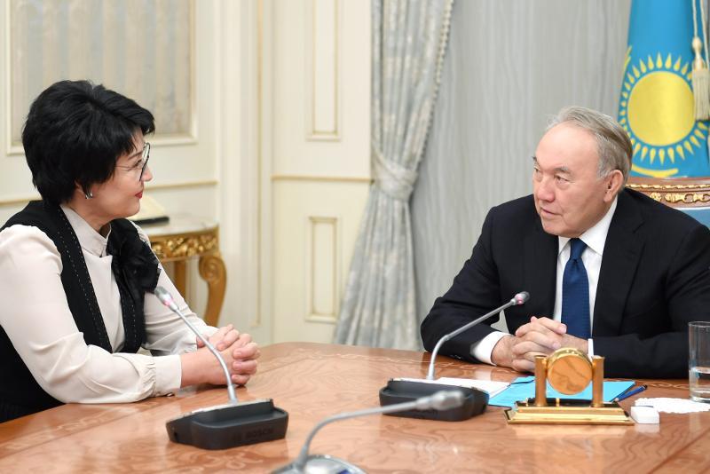 首任总统接见人民艺术家阿吾巴克若娃