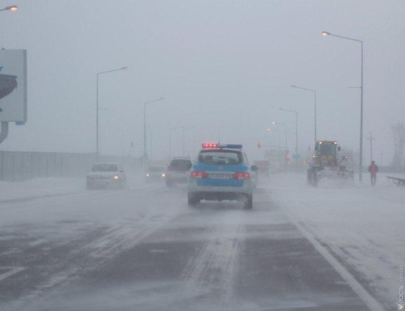 Более ста машин вызволили из снежного заноса карагандинские полицейские