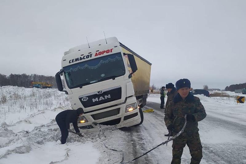 Более 30 человек за сутки эвакуировали из снежных заносов в СКО