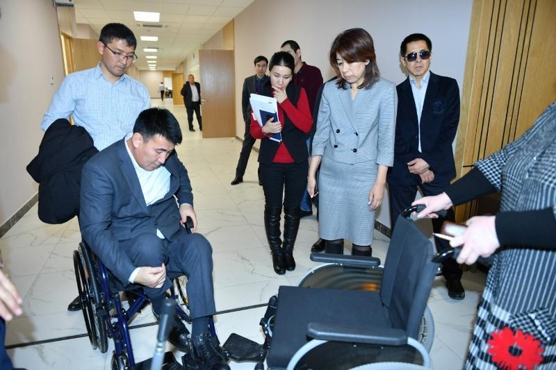 Туркестанцы с ограниченными возможностями проверили качество колясок