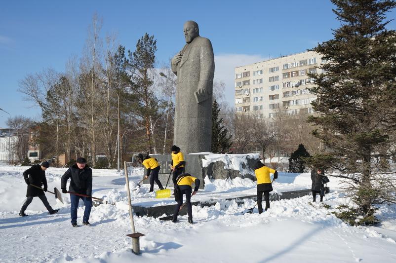 Молодежь Семеяприняла участие в акции по очистке города от снега