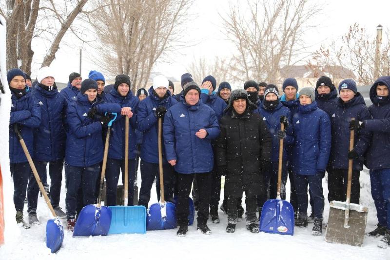 #Bizbirgemiz: «Астана» футбол клубы зейнеткерлердің ауласын қардан тазартты