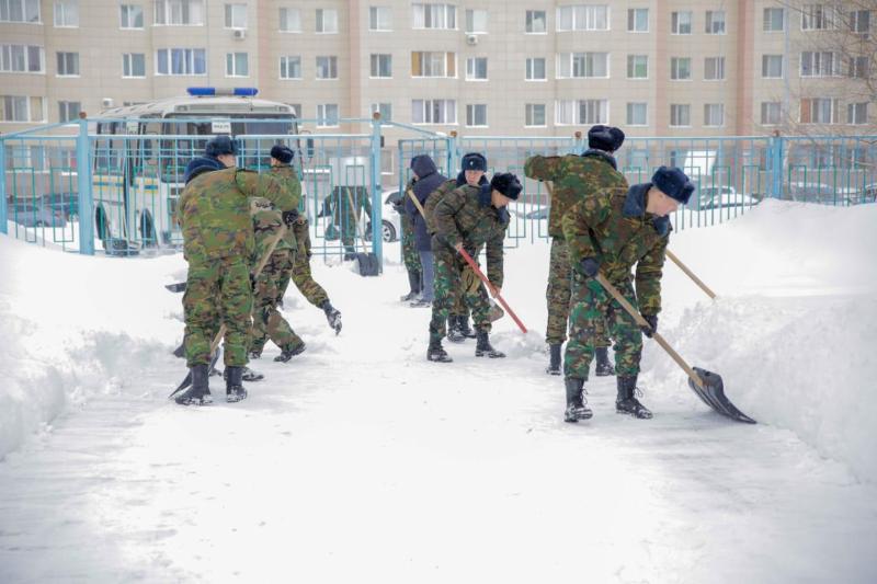 Спасатели оказали помощь в уборке снега столичным жителям